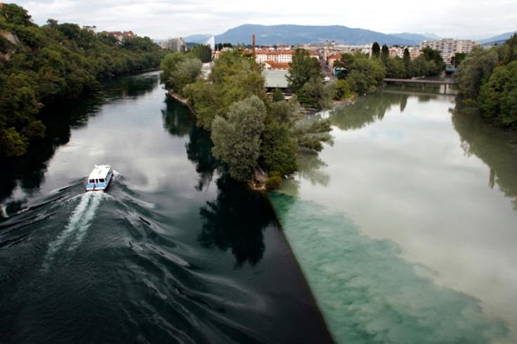 """Ženeva - Rhona a Arve  Do metropole francouzsky mluvící části Švýcarska vytéká ze Ženevského jezera řeka Rhona (pramení v Urnských Alpách). Řeka Arve, jež stéká z masivu Mont Blanc, se do ní vlévá zleva, na místě zvaném Jonction (""""soutok"""")."""