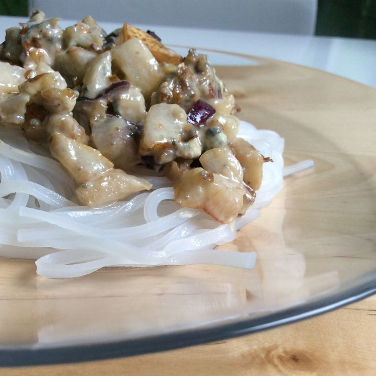 Pear, bluecheese, lilaonion, ricenoodles