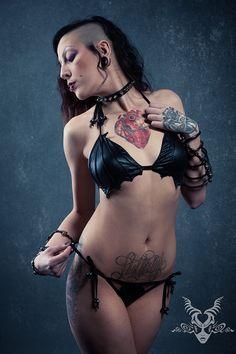 Chauve-souris vampire Bikini Batwing soutien-gorge culotte Bloodbath maillot de bain Goth cercueil Swimwear Halloween vêtements gothique fond métallique aile dessus cuir