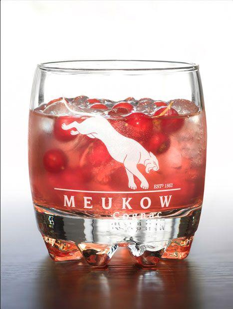 Meukow BERRIES - In a glass full of ice cubes, mix 2cl of Meukow VS Cognac with 6cl of Cranberry juice. Decorate with red currants. Dans un verre rempli ce glaçons, mélangez 2cl de cognac Meukow VS avec 6cl de jus de Cranberry. Décorez avec des groseilles.