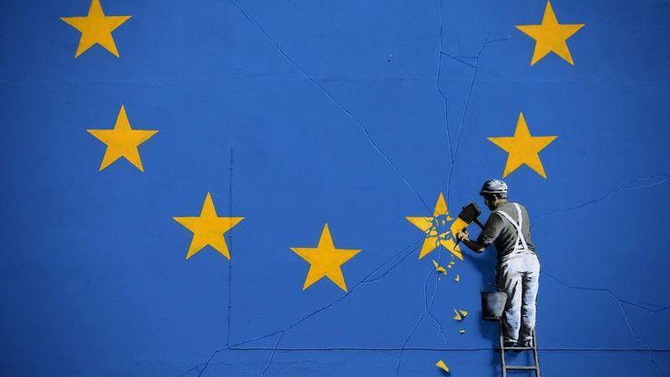 Streetart-Gemälde von Banksy zeigt einen Arbeitder, der mit einem Meißel einen Stern aus der EU-Flagge entfernt