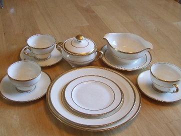 Pope - Gosser Dish set (bone china with gold edges)