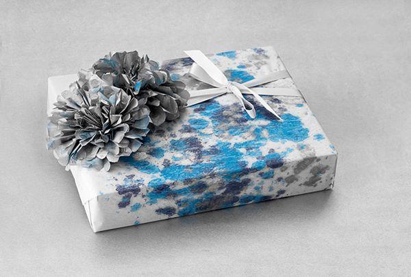 #DIY: #inpakpapier. Maak je eigen inpakpapier op wit papier met behulp van #krijt. Voeg later #papieren #bloemen en een #strik of #lint toe. #gift #wrapping #paper #chalk
