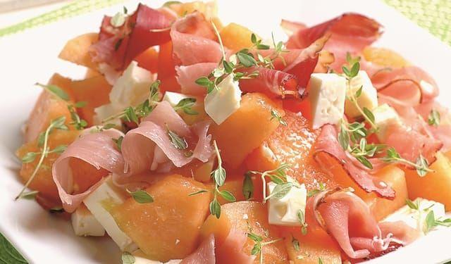 Bude to šťavnaté: Melónový šalát so syrom a šunkou | DobreJedlo.sk