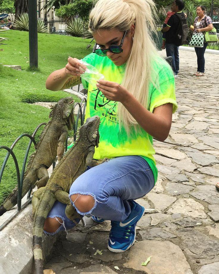 """80.4 mil Me gusta, 605 comentarios - KAROL G (@karolg) en Instagram: """"Me encontré las iguanas del video de @badbunnypr y @jbalvin y les pedí foto #situnoviotedejasola """""""