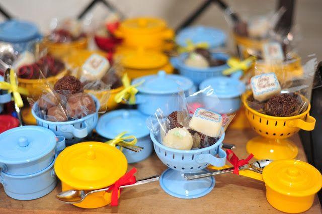 Panelinhas em miniatura recheadas com docinhos da festa mini chef!
