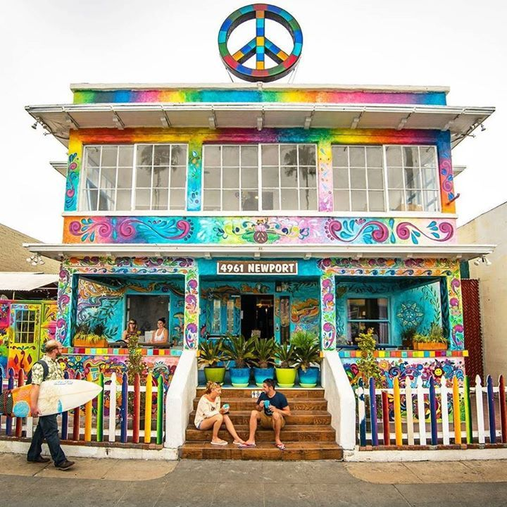 Comparateur de voyages http://www.hotels-live.com : Reasons we love hostels #4: Making friends is a breeze! Just a couple of blocks away from the ocean in sunny San Diego youll find the psychadelic @USAhostels Ocean Beach.Theres discounted surf lessons wet suit rental and a beach bonfire party twice a week with free food. Ocean Beach also organises weekly beer pong tournaments pub crawls coastal bike rides and yoga classes. Warning  too much fun is exhausting! #hostel #sandiego #surfing…