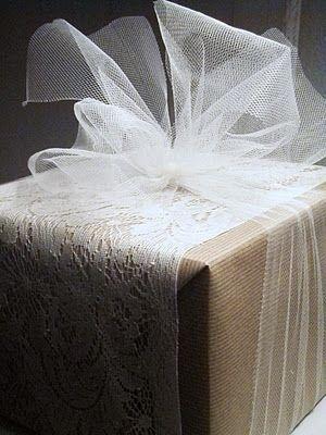 un paquete frecubierto con tul detalle ELEGANTISIMO, sorpfrenderá