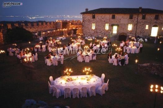 http://www.lemienozze.it/operatori-matrimonio/luoghi_per_il_ricevimento/ricevimenti-sul-lago-di-garda/media/foto/3  Ricevimento di nozze serale nello splendido giardino di una location matrimonio medievale: l'atmosfera creata dal crepuscolo e dall'illuminazione diventa lo scenario ideale per un matrimonio romantico.