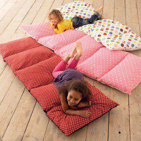 Travesseiros costurados viram um colchonete                                                                                                                                                      Mais