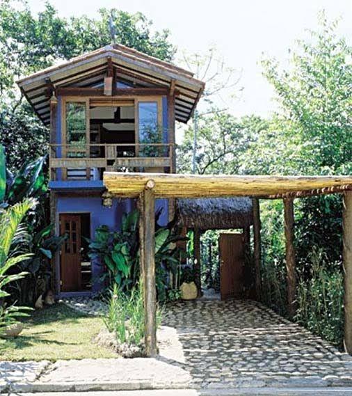 Pedra, madeira, palha, taipa e tijolos de barro dão um clima natural às fachadas.