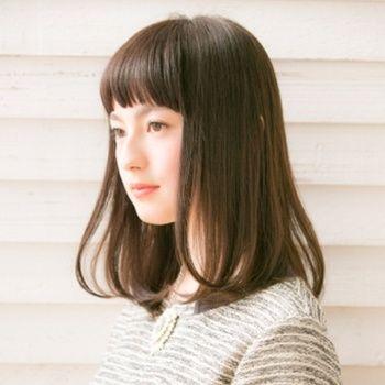 清純派の黒髪ミディアムストレート♡ ぱっつん前髪のレディースヘアのアイデアまとめ。