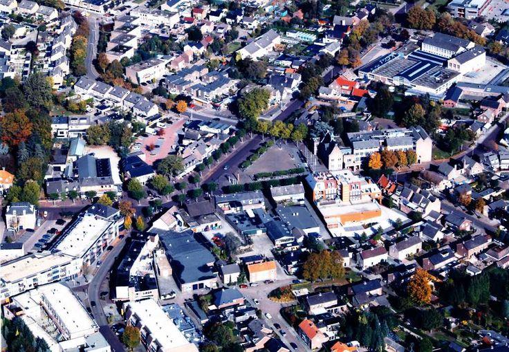 Luchtfoto van het centrum van Someren waar de wegen van de Ter Hofstadlaan, links boven, Postelstraat links beneden, en de Kanaalstraat midden boven, samen komen bij het Wilhelminaplein. Auteur(s) niet vermeld 18/10/2009