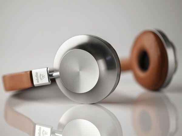 Minimalistisch und raffiniertes Design zeichnet diesen Kopfhörer des Pariser Unternehmenns Aedle aus. Das auf 500 Stück limitierte Modell VK-1 besitzt für besonders guten Klang eine Titan-Membran und einen Neodym-Magneten. Die Polster des Kopfhörers bestehen aus feinstem Lammleder. Aktuell ist das Modell vergriffen, auf der Website aedle.net kann man sich allerdings bei Interesse registrieren und auf eine Neuauflage des rund 250 Euro teuren Kopfhörers hoffen. (Quelle: Hersteller)