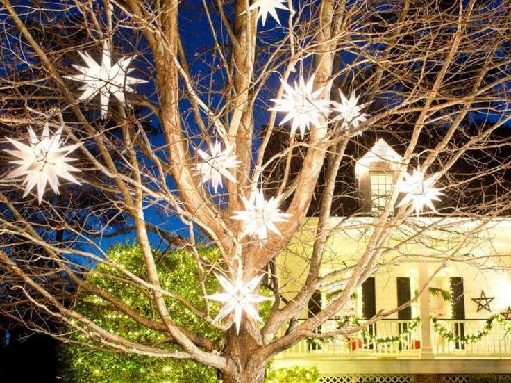 Als Baumschuck dienen Dekorationen in Form von leuchtenden Sternen