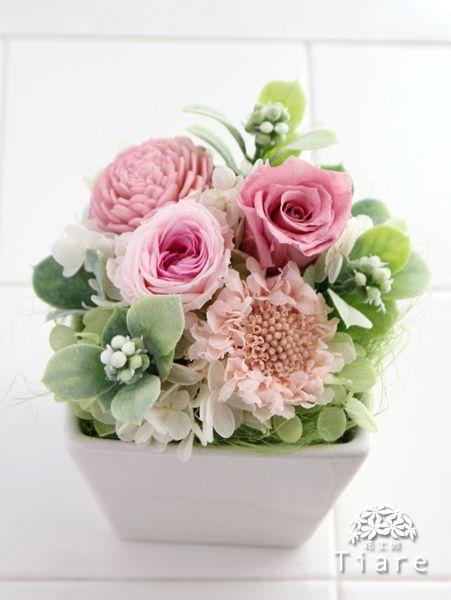 プリザーブドフラワーのお供え用アレンジメント。ご命日にお届けした、ピンクの優しい雰囲気のアレンジメント。