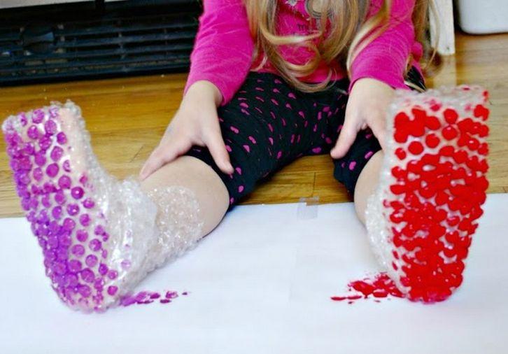Pintar de una forma original con zapatos de burbujas - Juntines.com