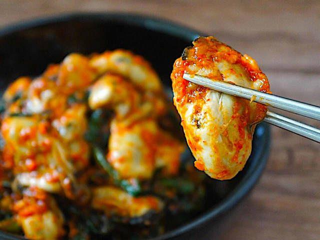 食通のためのグルメメディアdressing「dressing編集部」の記事「プリップリで辛ウマ!旬の牡蠣を使った自家製「牡蠣キムチ」がおいしくてご飯とお酒が進みすぎる【レシピ】」です。