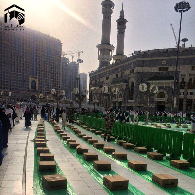 Preparations for iftar outside Masjid al Haram. Ramadan 1435. { Picture by Junaid Mallu via Haramain Info }