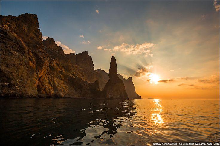 Утреннее солнце Карадага и скала Иван-Разбойник Обои