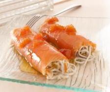 rollitos de salmón ahumado rellenos de gulas con vinagreta templada de tomate