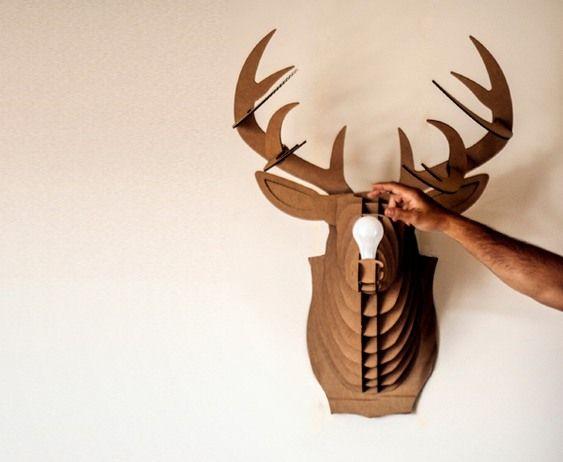 Luminária de madeira imita troféu de caça na decoração da parede