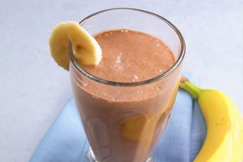 Вкусное лекарство от кашля! Бананово-молочный коктейль с какао Такой коктейль поможет не только при кашле, но и при сильном першении в горле. 1 банан 1 стакан молока 3 ст. ложки какао-порошка 1 ч. ложка меда (при желании)