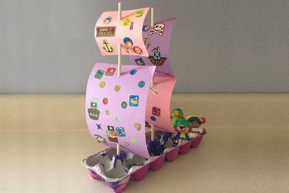 Caixas recicladas de ovos podem ser perfeitas para brinquedos de criança. Já trouxemos algumas ideias e essa é mais uma super fácil de fazer e muito divertida! Monte um navio pirata! - Veja mais em: http://www.vilamulher.com.br/artesanato/tendencias/navio-pirata-feito-com-caixa-de-ovos-m0215-699509.html?pinterest-destaque