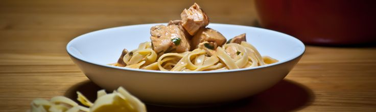 Les tagliatelle au saumon sont l'une des recettes phare de la cuisine italienne. A l'origine, préparées pour les repas de fêtes ou les occasions spéciales, elles sont aujourd'hui largement consommées du sud au nord de l'Italie et même dans le reste du monde. Nous vous proposons ici la recette originale …