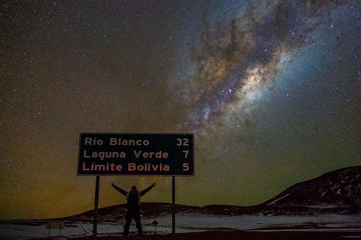Para cada estrela, um grão de areia: o Atacama é o deserto mais alto e árido do mundo, o que fornece as condições perfeitas para a observação astronômica. A altitude ali pode variar de 2400 até 5000 mil metros, e a inexistência de poluição luminosa além dos baixíssimos índices pluviométricos garantem que a atmosfera não interfira na visão do céu noturno. O astrofotógrafo Adhemar Duro fez composições incríveis que retratam a Via Láctea e uma infinidade de estrelas estampando o firmamento.