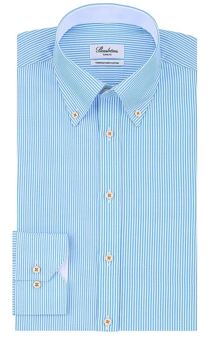 Figurnah geschnittenes Hemd von Stenströms im feinen Streifen-Dessin in Hellblau-Weiß. Mit klassischem Button Down-Kragen, aus reiner Twofold-Baumwolle gefertigt.