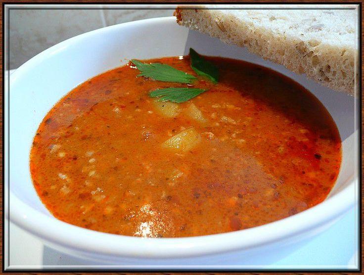 Gulášová polévka z mletého hovězího a vepřového masa