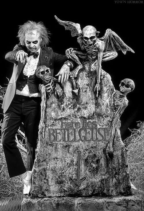 "Michael Keaton / Betelgeuse - ""Beetlejuice"", 1988. movie, película, film, cine, teathers, video on demand, vod, pánico, miedo, terror, horror, fear, scary."
