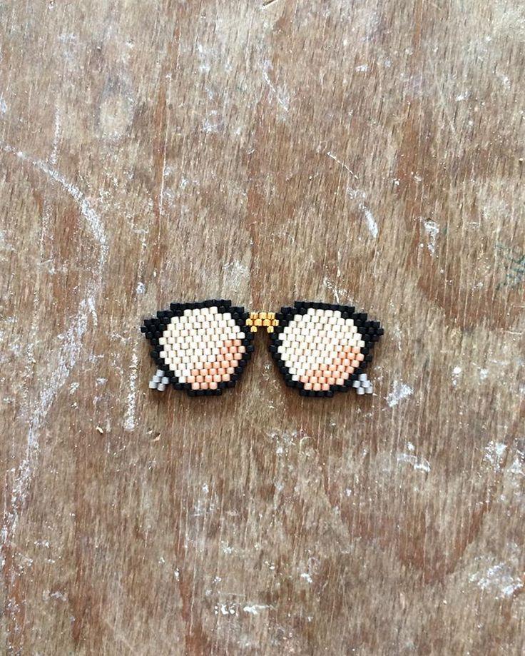 Le soleil est de retour ☀️ Donc on ressort les lunettes de soleil avec une touche gold s'il vous plaît  ! #miyuki #miyukibeads #perlesmiyuki #miyukidelica #sunglasses #black #gold #pink #summeriscoming #summer #sun #handmade #diy #brickstitch #jenfiledesperlesetjassume #jenfiledesperlesetjaimeca #motifcharlottesouchet
