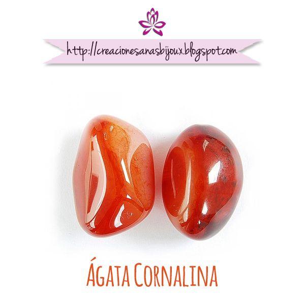 ÁGATA CORNALINA Cornalina es un mineral, variedad de la calcedonia, de color rojo, usado comúnmente como piedra semipreciosa.  También se la conoce como Piedra de Sadoine, de la Meca o de Santiago.  Son más apreciadas cuanto más translúcidas y con un color rojo-anaranjado, el color rojo se debe a la presencia de óxidos de hierro, mientras que los tonos más claros se pueden atribuir al hidróxido de hierro. Si el mineral se somete a un ligero calentamiento, su color se vuelve más intenso.