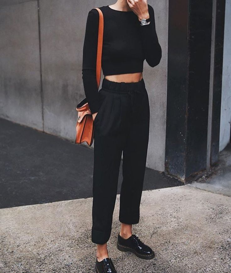 High + Schwarze Hose. #HighWaisted #FallFashion #WorkAttire #StreetStyle