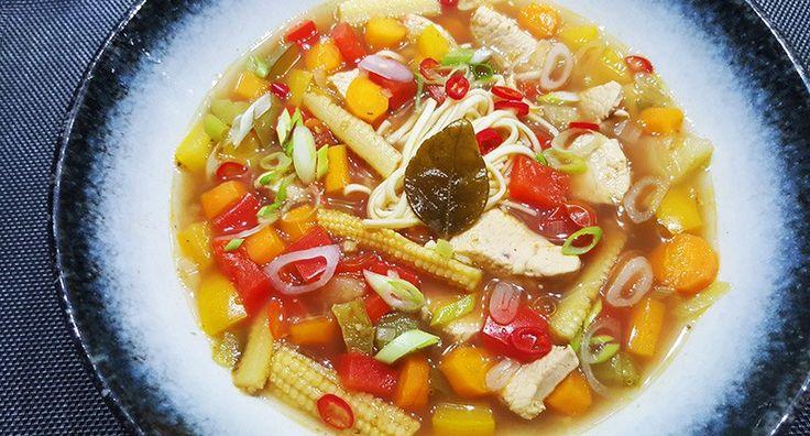 Zoetzure noedelsoep met o.a. kip, ananas, babymais, wortel en paprika #recept #recepten #food #diner #lunch #koken #soep