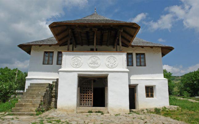 FOTO Casa de pe bancnota de 10 lei va putea fi vizitată de turişti. Se află la Chiojdu, în judeţul Buzău, şi aparţine Uniunii Arhitecţilor din România | adevarul.ro
