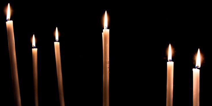 """No existe nada más """"católico"""" que las velas votivas, sobre todo si se encuentran ante imágenes en un entorno eclesiástico. Siempre que en una película o una serie de televisión se quier…"""