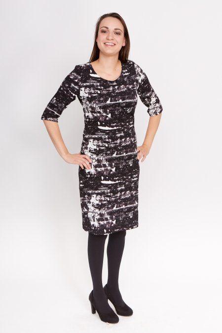 Dit zwarte jurkje met witte details heeft korte mouwen en is afgewerkt met een dubbele naad bij de mouwen en zoom. Het jurkje heeft een ronde hals.