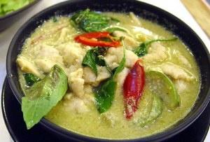 J'avoue: c'est ma recette préférée de toutes. Miammm http://recettedebase.com/2011/09/02/curry-vert-thailandais-au-poulet-แกงเขียวหวานไก่/