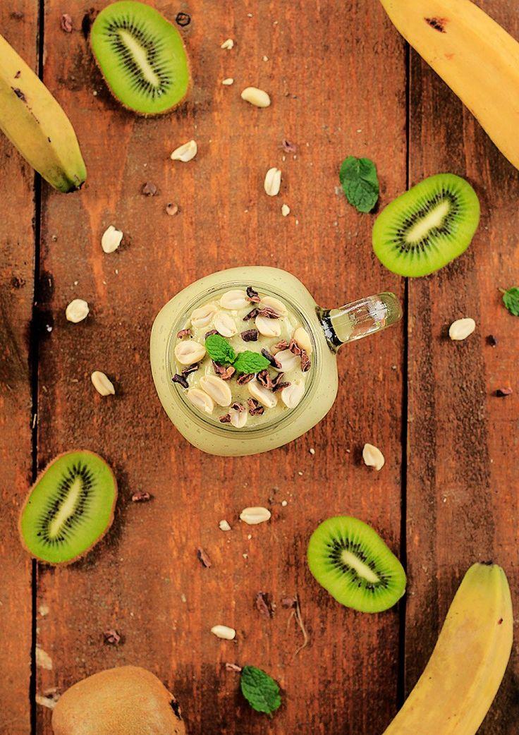 Shake proteico vegano de kiwi, abacate e hortelã   Receita   herbi-voraz.com #vegan #smoothie #vegansmoothie #veganproteinsmoothie #postreino #postworkout #vegano #saudavel #healthy #vitamin