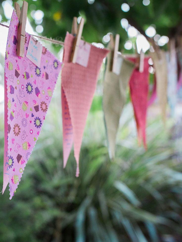 Con estos banderines personalizados, además de decorar algunos rincones especiales del lugar donde celebres tu boda o evento, sorprenderás a tus invitados con un bonito detalle, una dedicatoria personalizada para ellos. Los invitados tendrán que encontrar, a lo largo de la celebración, el banderín que lleva su nombre en la tarjeta. Gracias