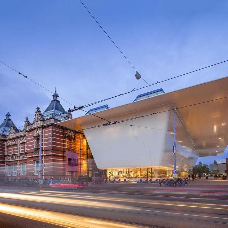 """Amsterdam'ın en büyük modern sanat galerisi olan Stedelijk Müzesi mimari yapısı nedeniyle şehir sakinleri tarafından """"banyo küveti"""" olarak adlandırılır. #mngturizm #senyeterkitatiliste #travel #tatil #instatravel #gezi #seyahat #holiday #amsterdam #hollanda #müze #tarih #blog #stedelijkmüzesi #stedelijkmuseum ##stedelijk #galeri #sanatgalerisi #mimari http://turkrazzi.com/ipost/1515277195801700101/?code=BUHWJTQAqcF"""