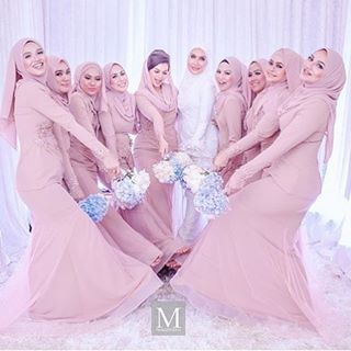 "4,499 Likes, 33 Comments - Gaun • Kebaya • Hijab • Mua (@inspirasigaunmuslimm) on Instagram: ""Inspired by @ellybillionaire """