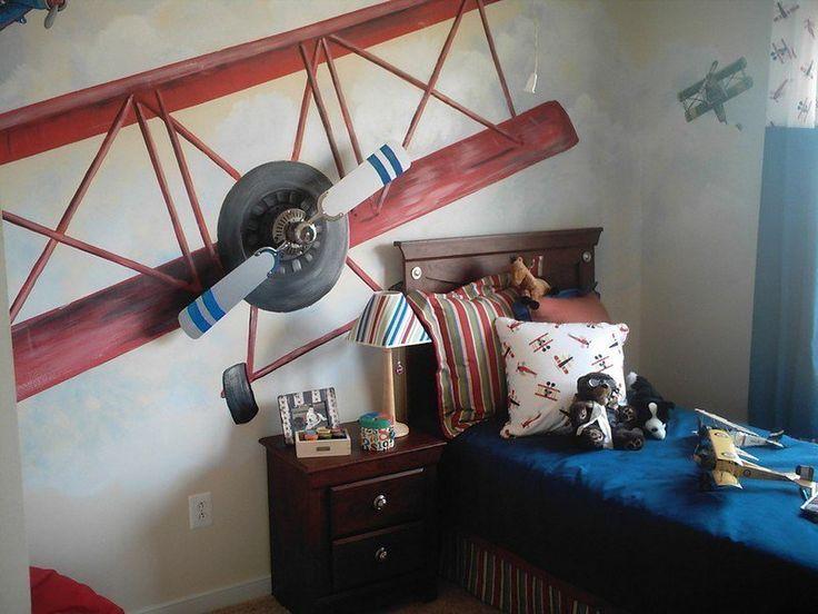 déco chambre enfant avec un avion et coussins