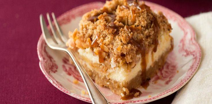 Troubu předehřejte na 180 °C. V míse smíchejte mouku, 110 g cukru a máslo do směsi podobající se drobence. Natlačte ji do formy o rozměrech 18 × 25...