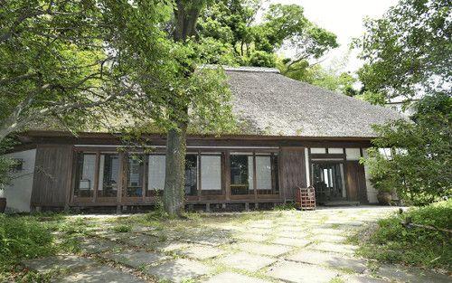 緑に囲まれ、かやぶき屋根が印象的な武相荘(東京都町田市)