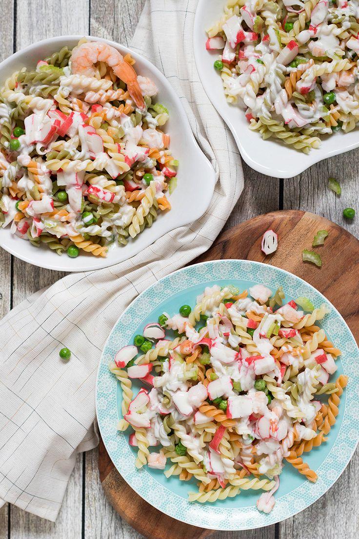 Esta ensalada de pasta con marisco es reconfortante, abundante y abundante.  Cuenta con la pasta, la imitación de carne de cangrejo, camarones y verduras junto con una mayonesa o yogur vestidor!  |  yummyaddiction.com