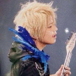 ギターを弾いているライブ中の手越祐也の髪型の画像